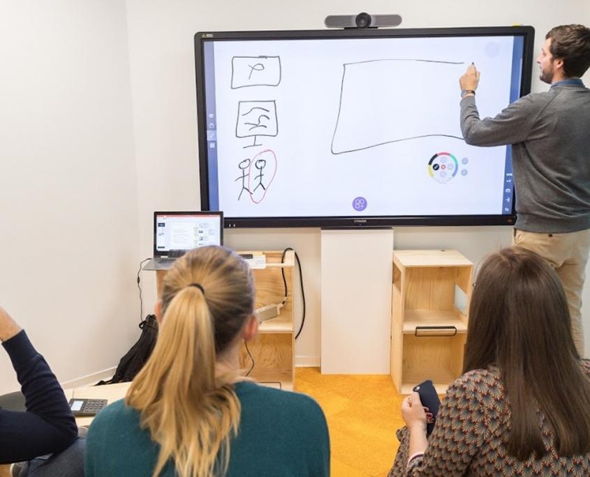 Intégration audiovisuelle salle de réunion Avril Campus par wipple