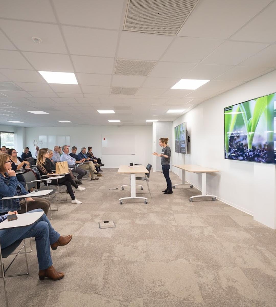 salle de réunion grande capacité chez avril campus installée par wipple