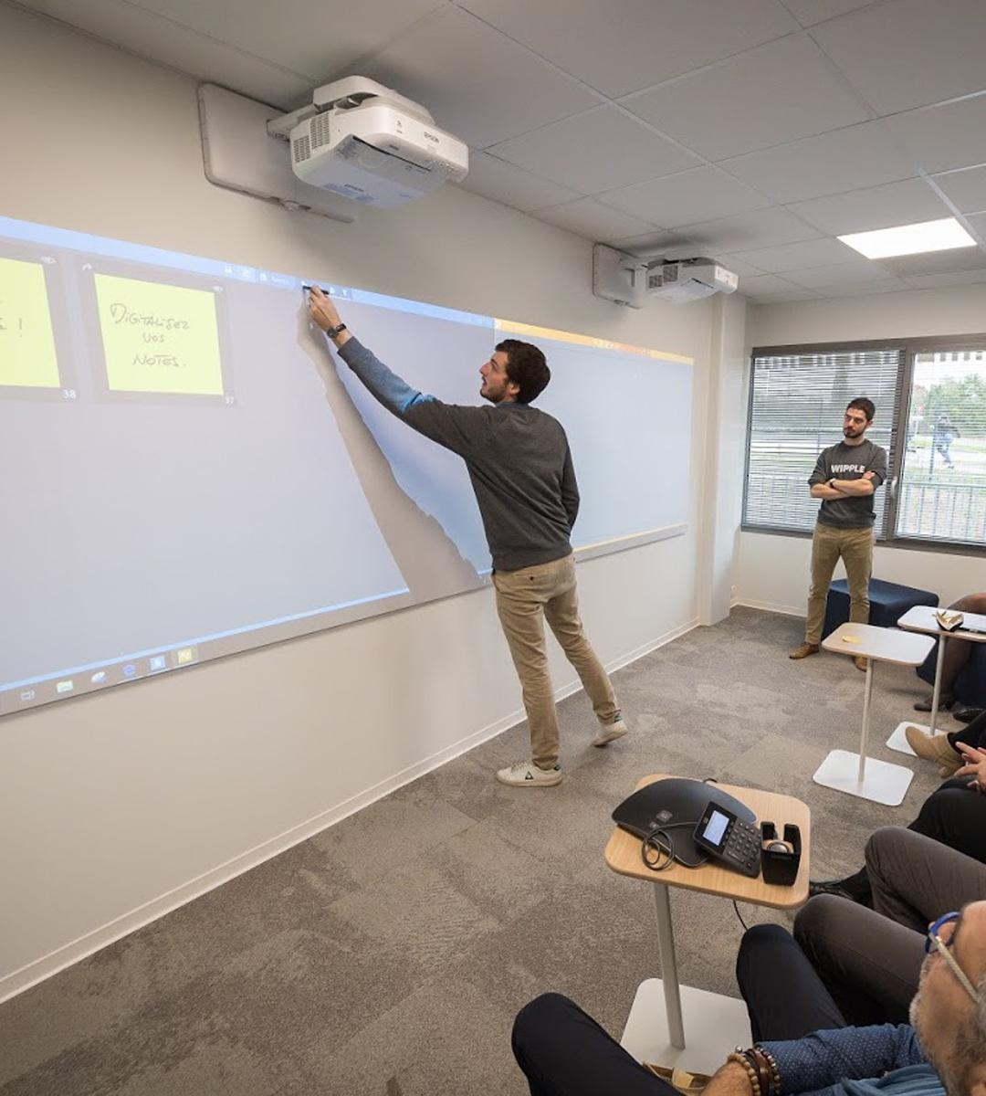 Intégration audiovisuelle salle de créativité Avril Campus par wipple