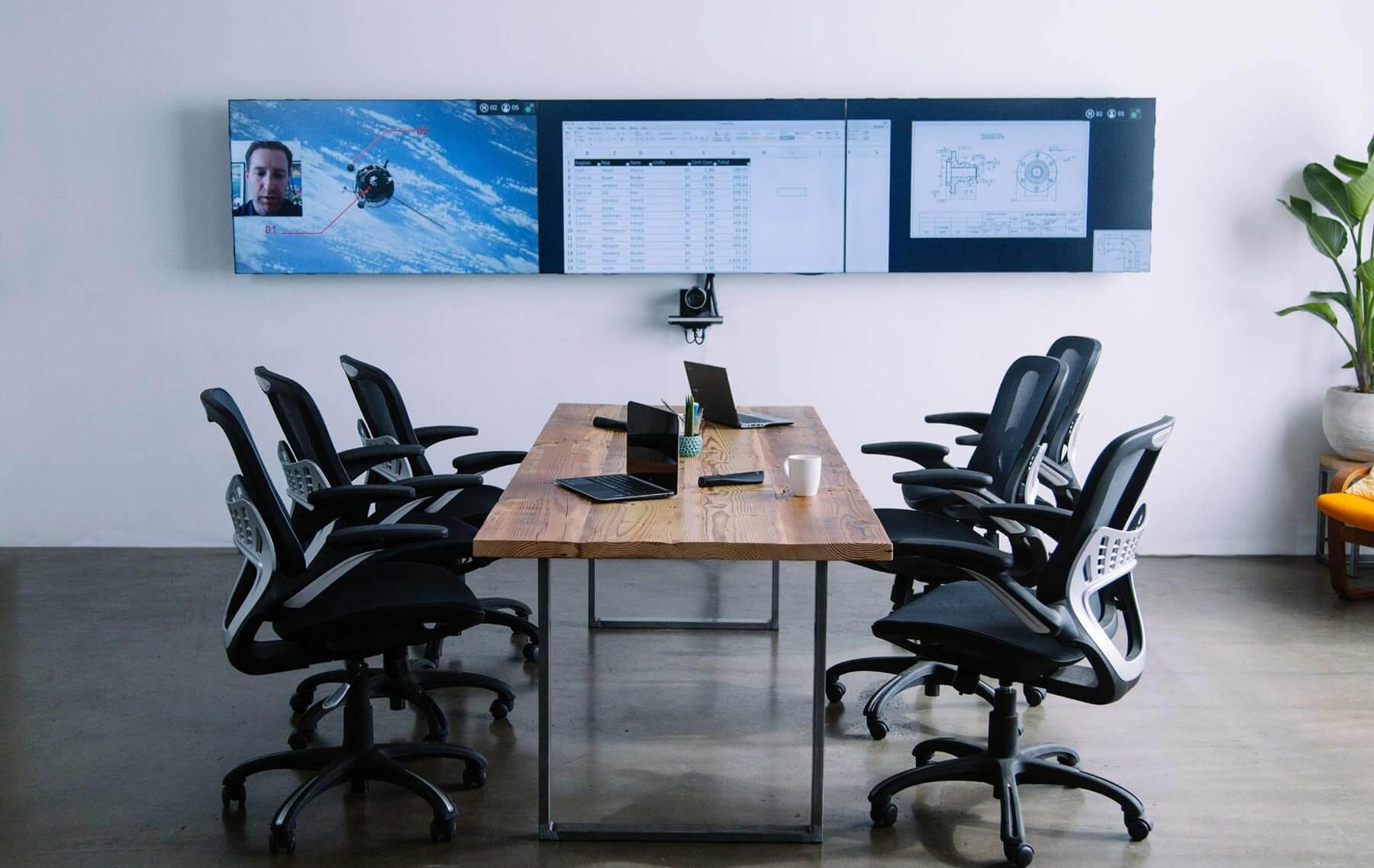 Salle de réunion équipée de la solution infogérance Oblong Mezzanine 300 avec 3 écrans