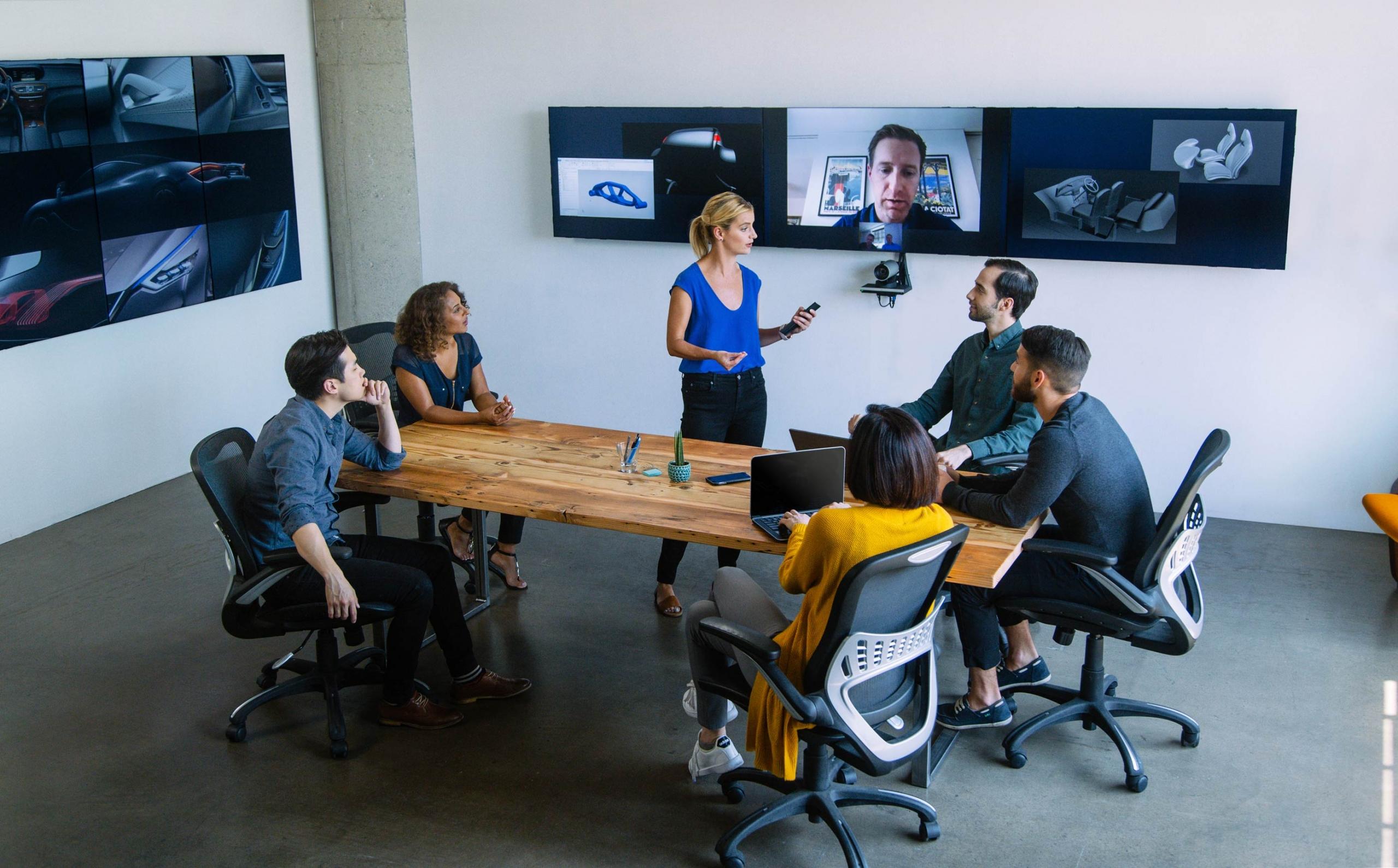 Salle de réunion équipée de la solution infogérance Oblong Mezzanine 600 avec 6 écrans